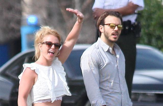 Britney Spears vuelve a enseñar ombligo