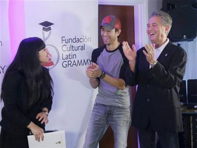 Enrique Iglesias entrega beca