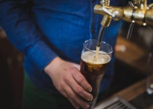 Hey acá te dejamos varios formas de hacer cerveza en tu casa ¿Te atreves?