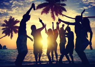 ¿No quieres celebrar año nuevo en la ciudad? Perfecto, acá te dejamos 4 opciones de playa que te encantarán.