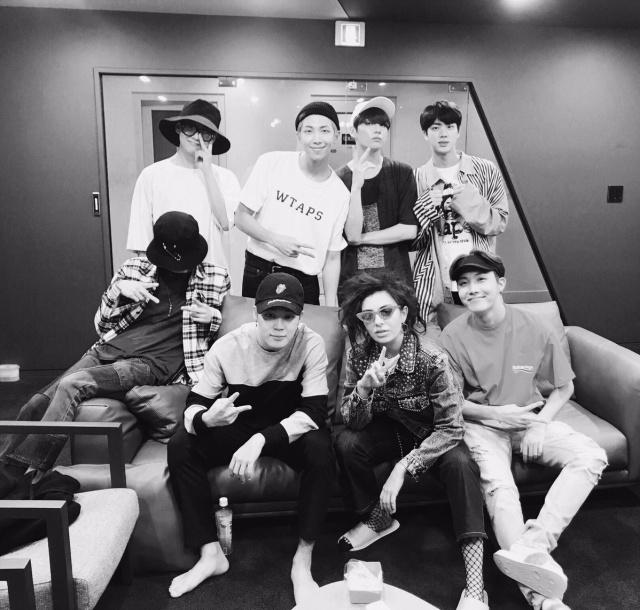 Tras varios rumores que indicaban que BTS estaba trabajando con Charli XCX, se confirma esta colaboración. El tema ya se ha lanzado, se titula Dream Glow y, además de escuchar la voz de la artista británica, también lo hacemos con una parte de la banda coreana, ya que únicamente aparecen Jin, Jimin y Jungkook.